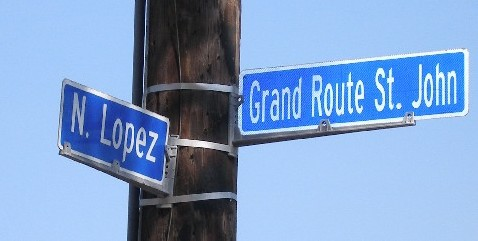 An intersection of a street with a Spanish name, encountering one with a somewhat Anglicised French name.
